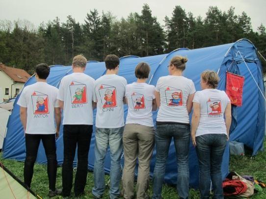 Mannschaft des OLF in preisgekrönten T-Shirts